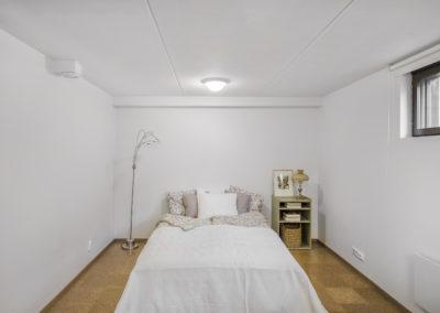 Päärynäpolku_alakerran tilava makuuhuone