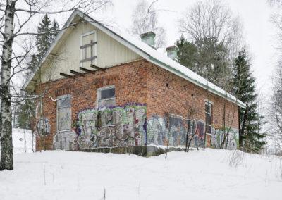 Kaunis vanha tiilipinta on sotkettu graffiteilla
