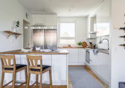 Lakiaukio 4 kaunis valkoinen keittiö suurella saarekkeella