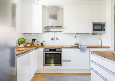 Lakiaukio 4 upea valkoinen keittiö