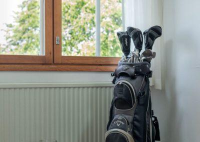 Golfkuja_7_golfbägi kauniin ikkunan edessä