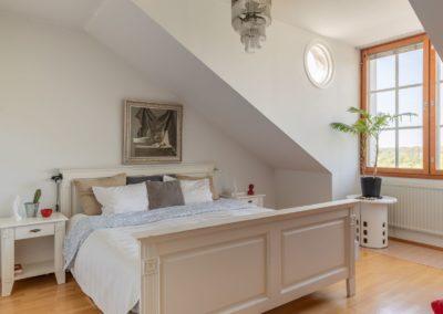 Golfkuja_kaunis makuuhuone ja katonmuoto