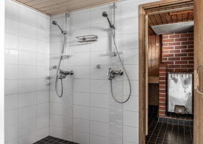 Louhentie_saunarakennuksen kylpyhuone