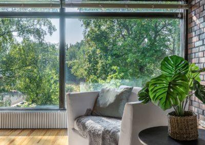 Lyökkiniemi_15_yläkerran suuret ikkunat ja vehreä näkymä_Teemu Oukari