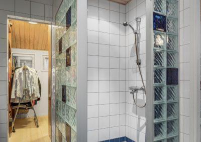 Ampujanmäki_yläkerran kylpyhuone ja vaatehuone_Teemu Oukari