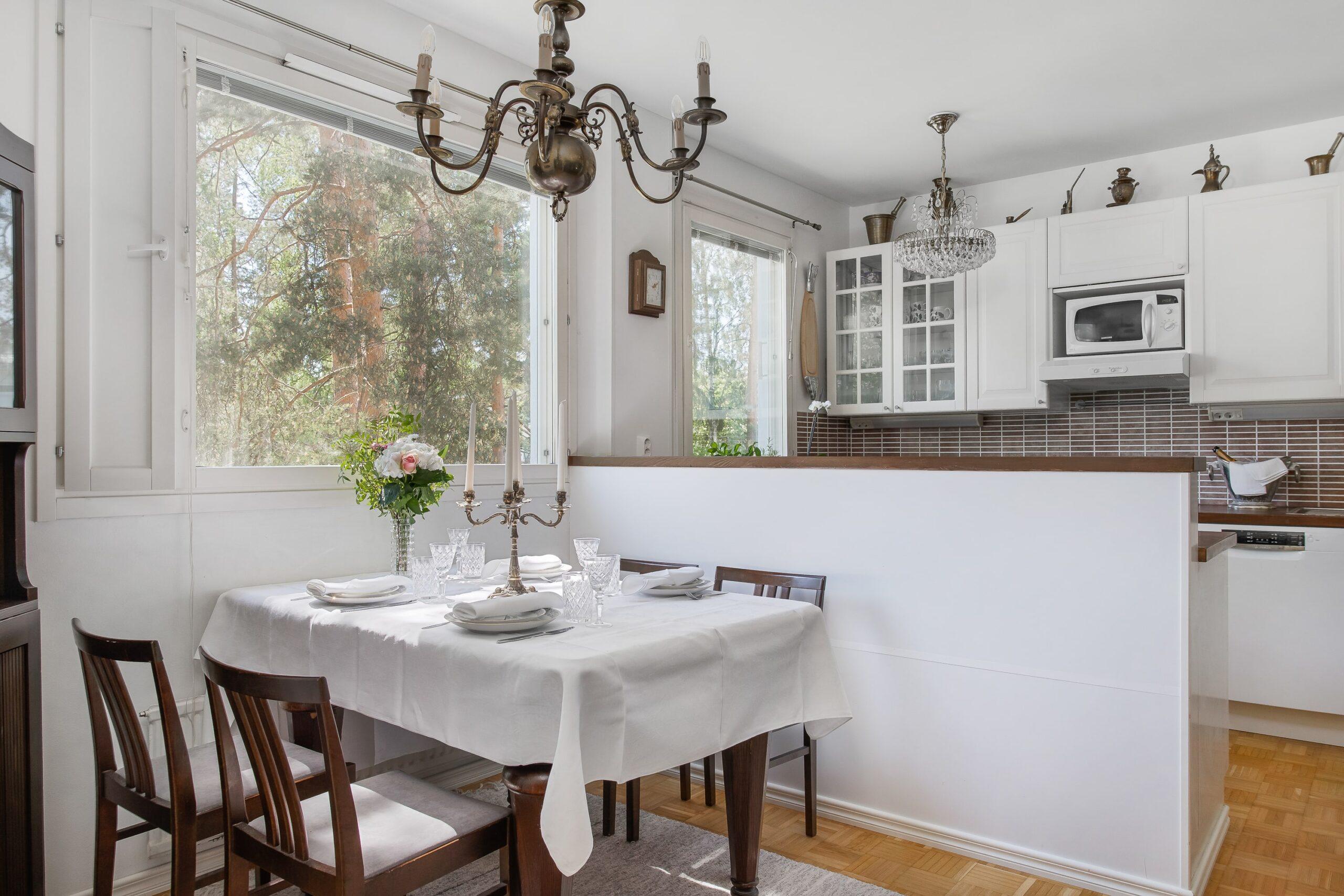 Avara, valkoinen keittiö ja ruokailutila